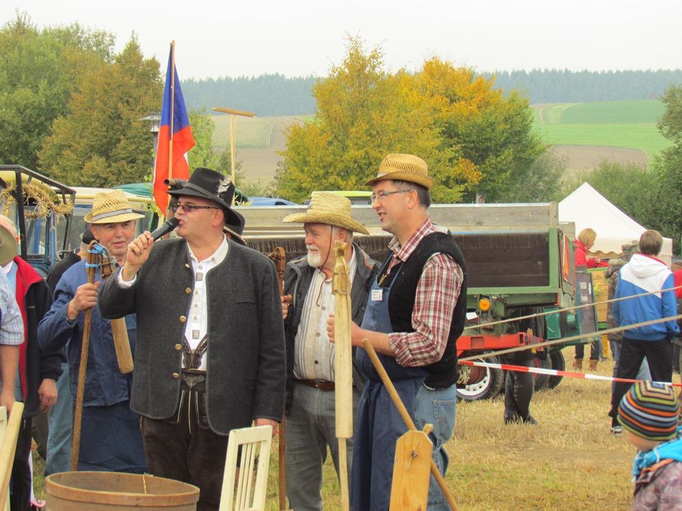 alfons-und-klaus-am-feld-mit-tschechischen-freunden