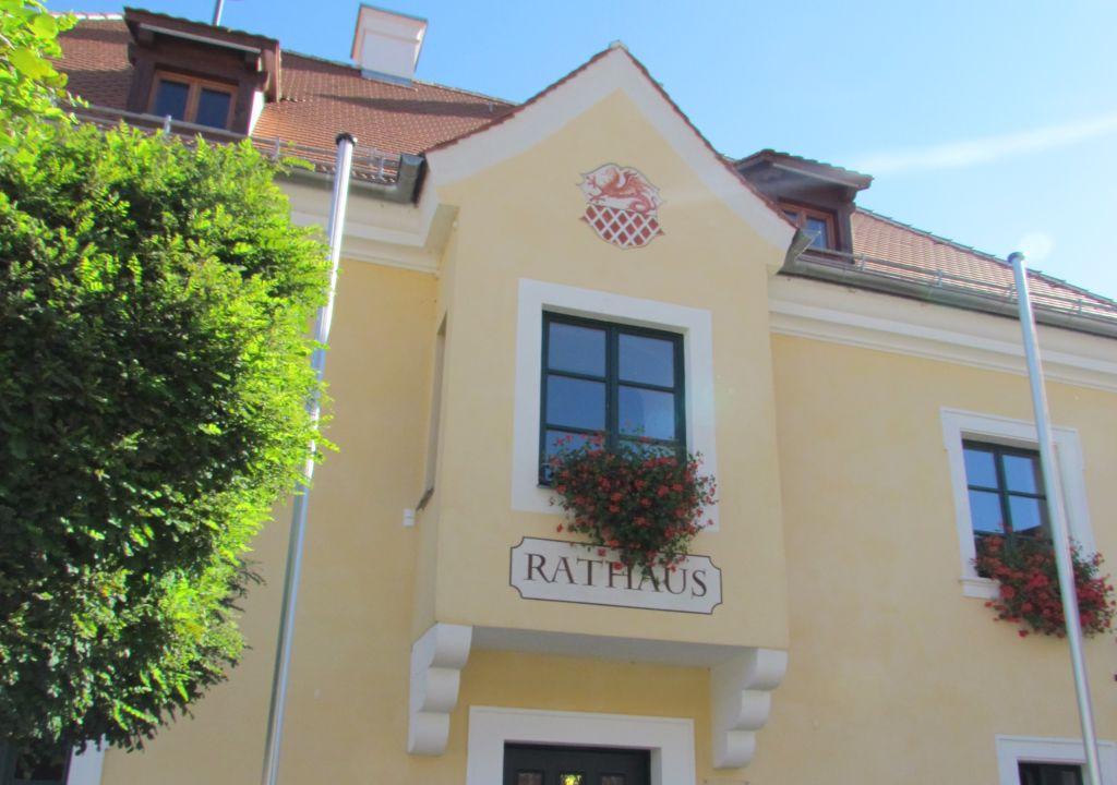 Rathaus mit Wappen